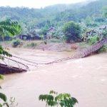 Jembatan Ambruk Satu Keluarga Masuk Kedalam Sungai